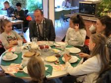 Kinderen genieten van een gezond ontbijtje met burgemeester Duiven