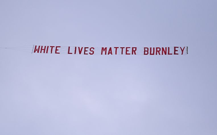 Het vliegtuigje met de banner .  Beeld REUTERS