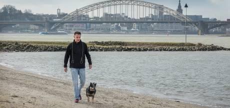 Matthijs laat zijn hond uit in de stank van schepen: 'Benzinelucht blijft hangen op het strand'
