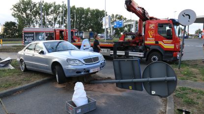 Politieachtervolging eindigt met crash op snelwegparking