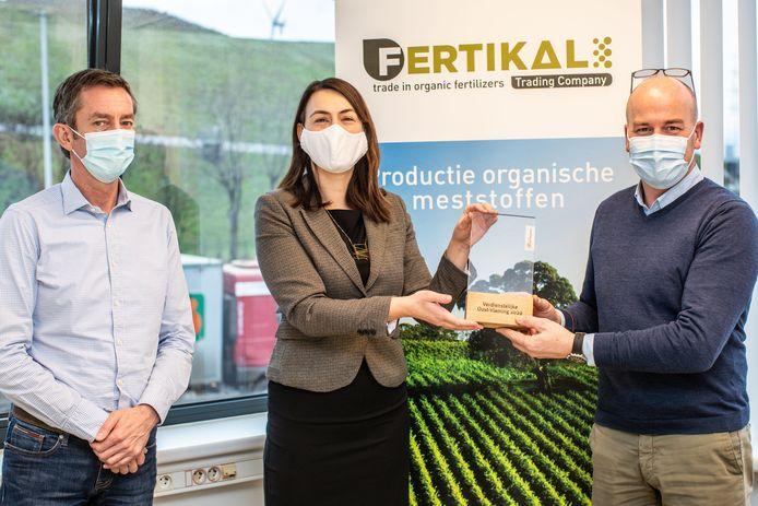Gedeputeerde An Vervliet mocht de trofee overhandigen aan Fertikal.