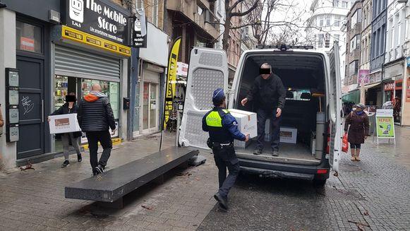 Speurders van het Kali-team laadden de voorraad smartphones en simkaarten in een bestelwagen van de politie.