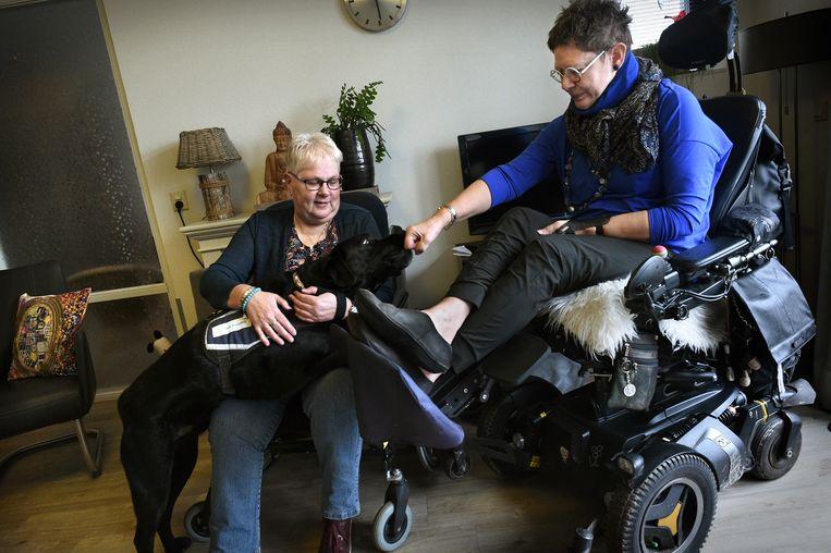 Ans van de Snepscheut (rechts) en Gerdien Schuring trokken ten strijde voor meer huishoudelijke hulp.  Beeld Marcel van den Bergh
