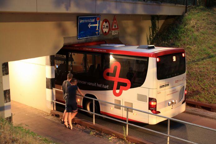 De bus zat klem onder het viaduct.