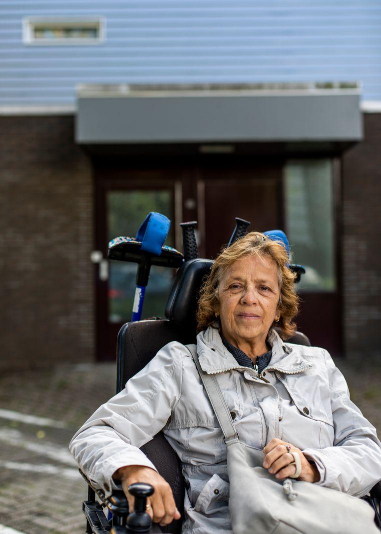 Jeanette  van de Bergh woonde naast de vrouw in Noord die bijna drie weken dood in haar huis lag.   Beeld Lin Woldendorp