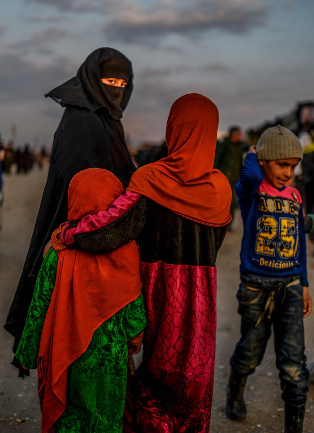 Een gesluierde vrouw en kinderen in het gevangenenkamp al-Hol in het noordoosten van Syrië.