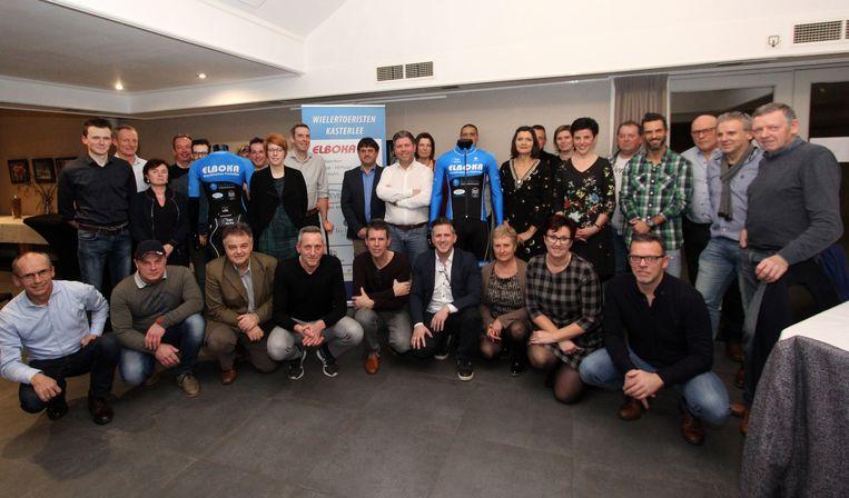 Leden en sponsors van Wielertoeristen Kasterlee met hun nieuwe outfit.