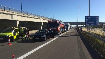 Bestelwagen rijdt in op file: dode en E19 richting Antwerpen afgesloten, eerste werkdag met gesloten Leopold II-tunnel in Brussel
