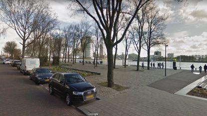 Kinderwagen met baby waait in Nieuwe Maas in Rotterdam