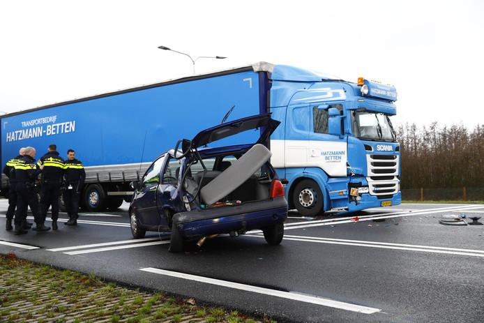 De vrachtwagen klapte donderdag achterop een personenauto.