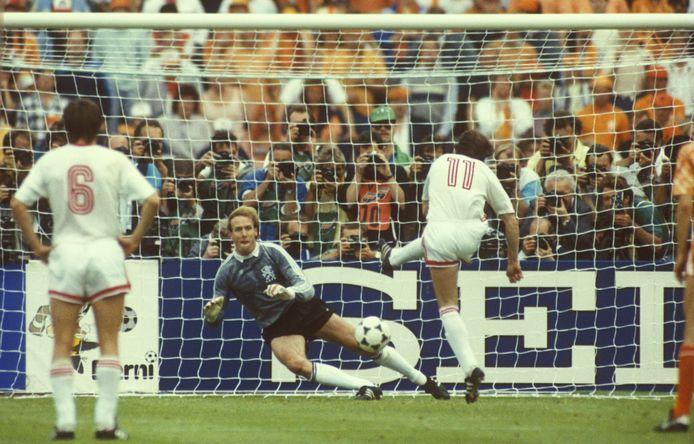 Hans van Breukelen stopt een strafschop van Igor Belanov (Sovjet-Unie) tijdens de finale van EK voetbal 1988 in Duitsland.