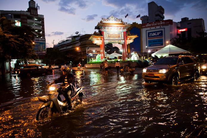 De wijken rondom de uit zijn oevers barstende Chao Phraya rivier stromen vol water.