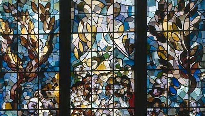Het glas-in-lood-kunstwerk van Matthieu Wiegman, dat beschadigd en onttakeld bij de aannemer van de De Jong Groep ligt.