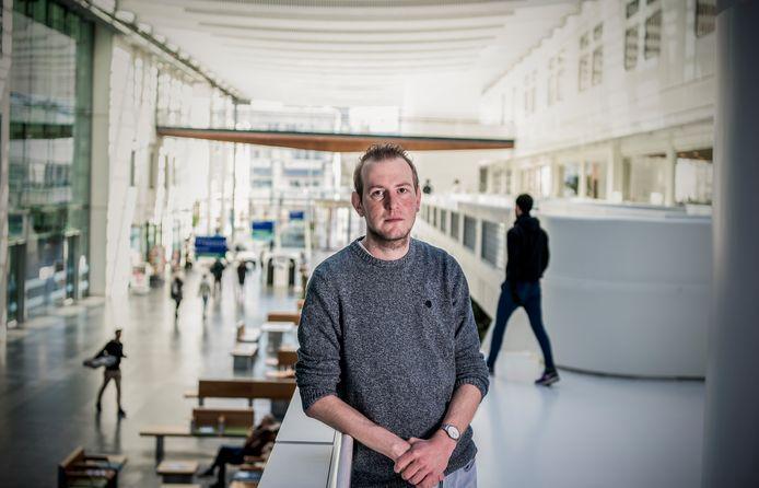 Bas Oude Munnink. Hij is onderzoeker bij Erasmus UMC. Hij onderzoekt hoe corona zich door Nederland verspreidt.