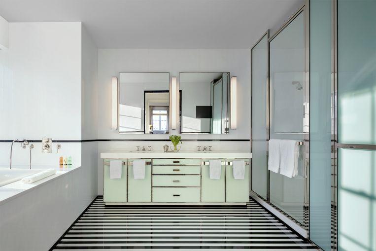 De badkamers werden afgewerkt met lichte groentinten en vergulde lijnen.