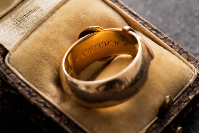 La bague de 18 carats, cadeau en 1876 de l'écrivain à un autre étudiant, était une pièce maîtresse de la collection de Magdalen, l'un des plus prestigieux collèges d'Oxford en Angleterre, où étudia Oscar Wilde.