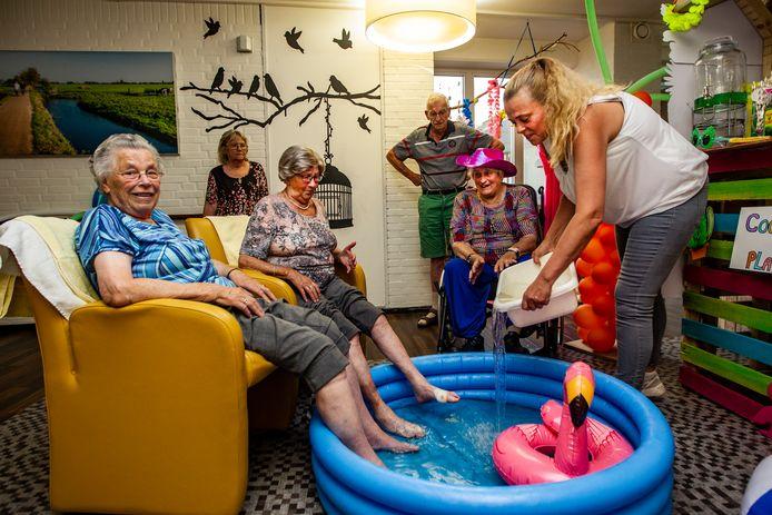 Er wordt veel geïmproviseerd om ouderen te laten afkoelen tijdens snikhete dagen. Zuid-Holland zet nu in op drie innovatieve proefprojecten.