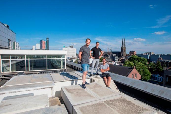 Joep van Gorp, Gijs van der Velden en Jaap van Ham (vlnr.) op het dak van het postkantoor. De witte bakken maken plaats voor terras.