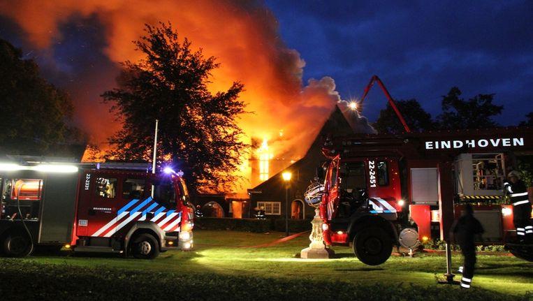 Het gemeentehuis staat in brand nadat twee auto's op het gebouw inreden Beeld anp