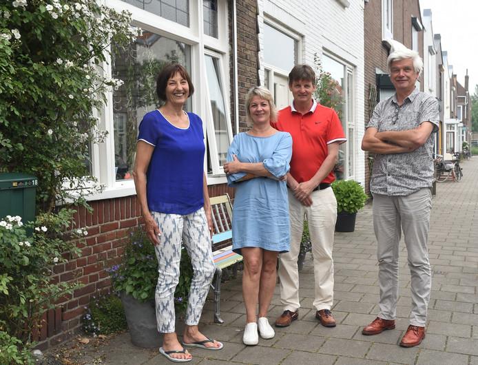 Rita Zwagemaker, Christianne Altena, Erwin Becks en Peter van den Berg (vlnr) willen in Middelburg of Vlissingen een woonwerkgemeenschap opzetten.