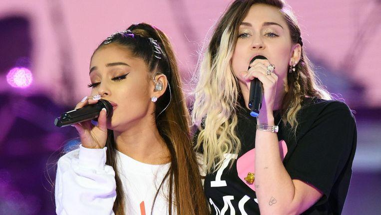 Ariana Grande en Miley Cyrus tijdens One Love Manchester. Beeld null