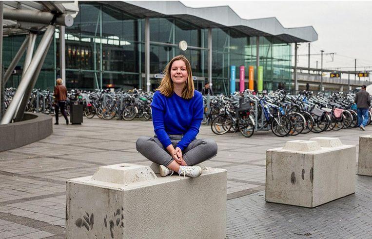 Lore Baeten wacht op antwoord van de NMBS om de grijze betonblokken met kunst en kleur aan te mogen kleden.