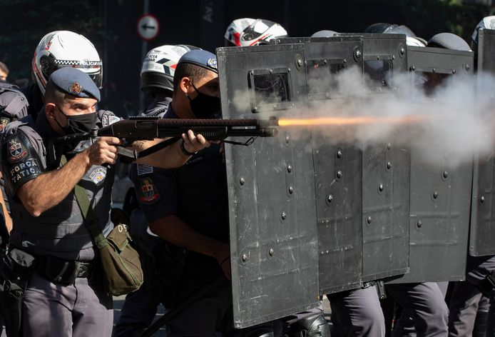 Mobiele eenheid in São Paulo treedt op tegen actievoerders tegen het regeringsbeleid.