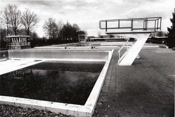 Foto uit 1993 met daarop nog de oude griebus van het gemeentelijk openluchtzwembad De Diepsteeckel in Someren. In die tijd gingen veel Somerenaren in het Keelven zwemmen, maar dat was niet de bedoeling. Waar andere gemeentelijke openluchtzwembaden moesten sluiten, werd dat van Someren met succes volledig gerenoveerd.