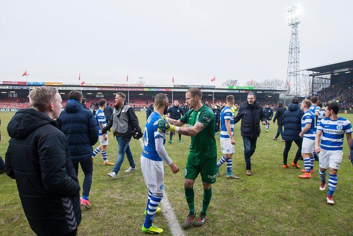 Een beeld na de laatste ontmoeting tussen Go Ahead Eagles en De Graafschap op De Adelaarshorst: spelers van De Graafschap vluchten van het veld als enkele aanhangers van de thuisclub het veld bestormen.