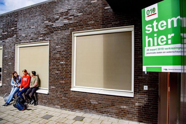 In Rotterdam worden stemhokjes opgebouwd. Woensdag zijn de verkiezingen voor de provinciale staten en de waterschappen.  Beeld ANP