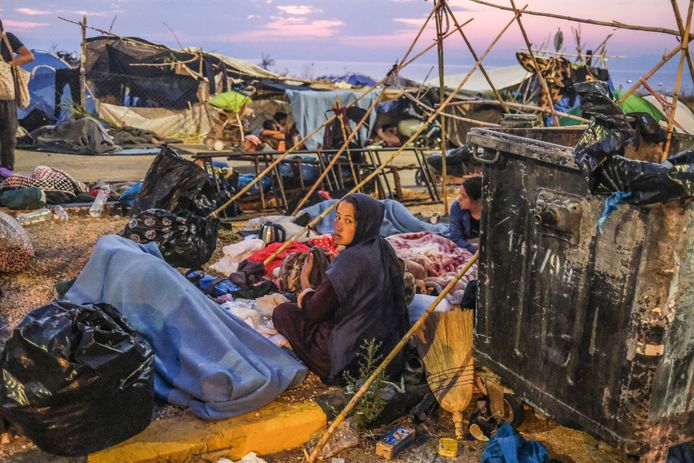 Duizenden migranten slapen en worden wakker op een terrein nabij de hoofdstad Mytilini. Ze leven gedwongen op straat nadat enkele dagen geleden het gehele Moria kamp is afgebrand. Van het kamp is niets meer over.