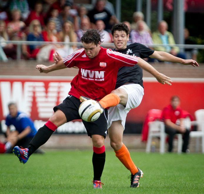 Ruud Bruns als voetballer in actie.