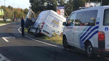 Busje van Vlaams Belang belandt in gracht
