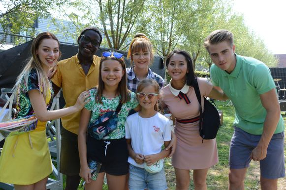 Febe en Mia mochten met hun idolen op de foto.