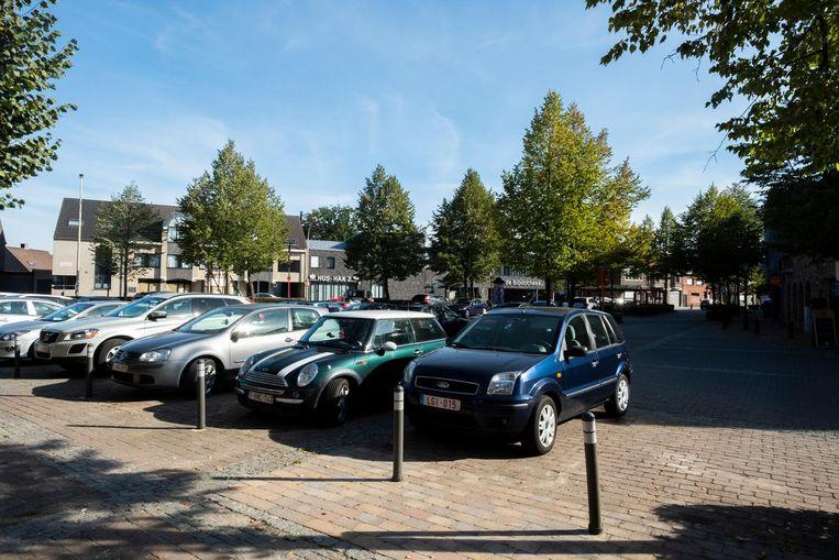 Auto's staan geparkeerd op het Dorpsplein van Zoersel. Dat zou voor alle partijen de komende legislatuur wat meer schwung mogen krijgen.