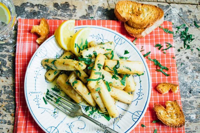 Gewokte witte asperges met ansjovis