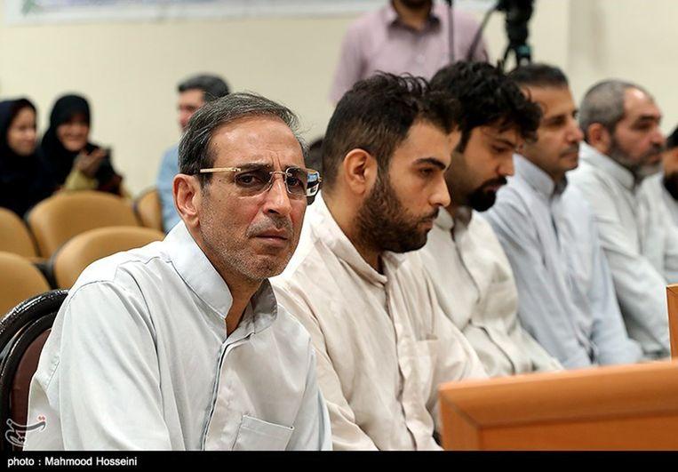 Vahid Mazloumin (links) tijdens zijn eerste verschijning in de speciale rechtbank, in september.