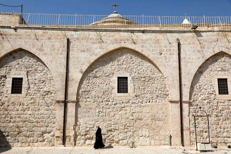 Een monnik loopt in de oude stad van Jeruzalem. Tsjechië overweegt om zijn ambassade in Israël van Tel Aviv naar Jeruzalem te verhuizen. Het EU-land zou daarmee het voorbeeld volgen van de Verenigde Staten eerder dit jaar.