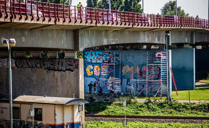 Alle weekenden in augustus worden de peilers van de Zwijndrechtse Brug opgefleurd door graffitikunstenaars.