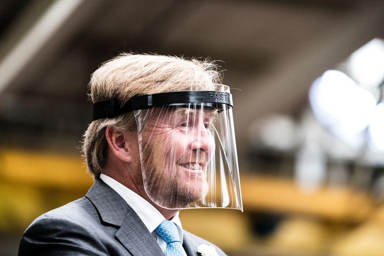 Koning Willem-Alexander op werkbezoek bij Nedschroef in Helmond en DAF Trucks in Eindhoven. De vorst ging in Brabant langs om te kijken wat voor impact de coronacrisis heeft op de automotive-industrie. Beeld ANP