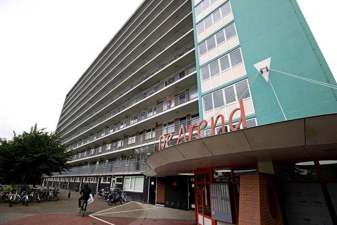 Het appartementsgebouw in Hoogeveen (provincie Drenthe) waarvan Sharleyne in juni 2015 naar beneden is gevallen.