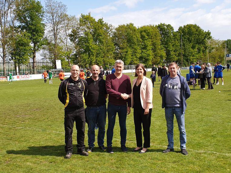 Dirk Lauwerys, Paul Crauwels, Geert Van Houtven, burgemeester Sofie Joosen en Ivo Magriet toen de overeenkomst werd afgesloten