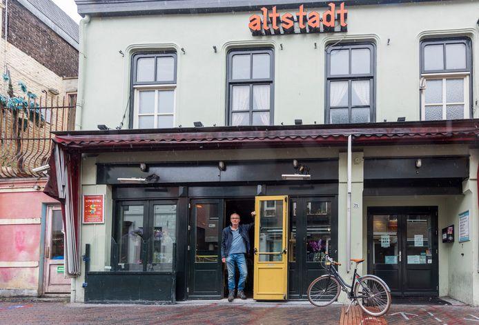 Eigenaar Luitzen Boonstra voor zijn café op het Stratumseind. Vrienden van Boonstra zien kansen om de 'iconische kroeg' over te nemen.