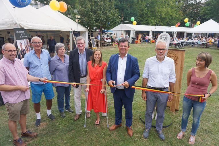 Het stadsbestuur verklaarde de streekproductenmarkt voor geopend.