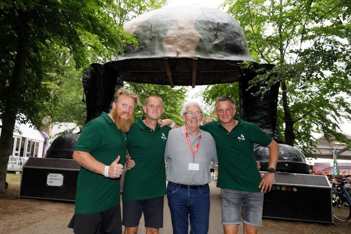 Gerardus, Remco, Piet Peters en Mark (vlnr.) bij de poort van Kamp Heumensoord.