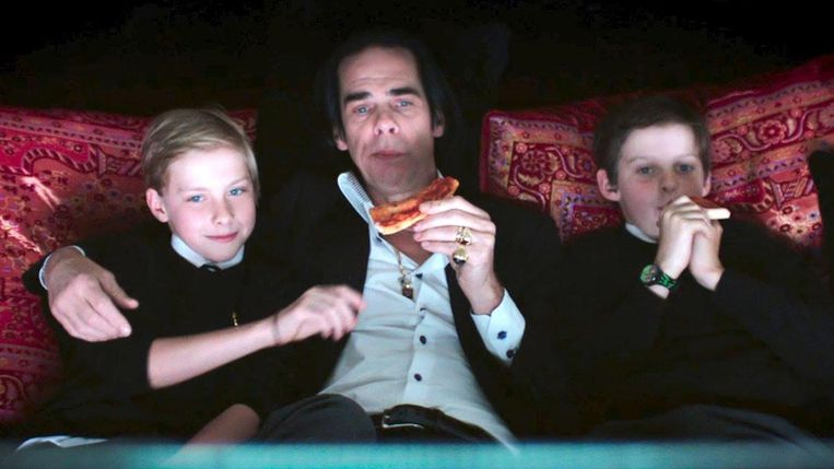 Nick Cave en tweelingzoons Arthur (links) en Earl in de film 20.000 Days on Earth. Beeld