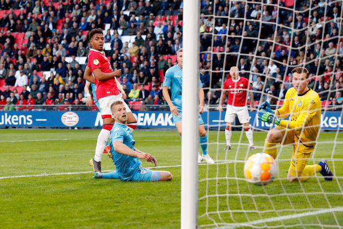 Een ongelukkig moment voor Wout Droste in zijn laatste wedstrijd voor Heracles. Hij werkt de bal in eigen doel waardoor PSV op 1-1 komt. Doelman Michael Brouwer heeft het nakijken.