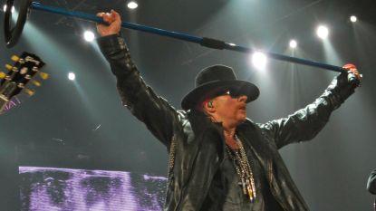Guns N' Roses-frontman Axl Rose pikt concertje mee tussen het publiek in Antwerpen