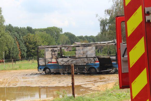 De bus werd door het vuur volledig vernield