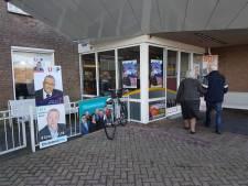 Muur van verkiezingsposters langs 'Verkiezingsweg' voor stembureau Urk